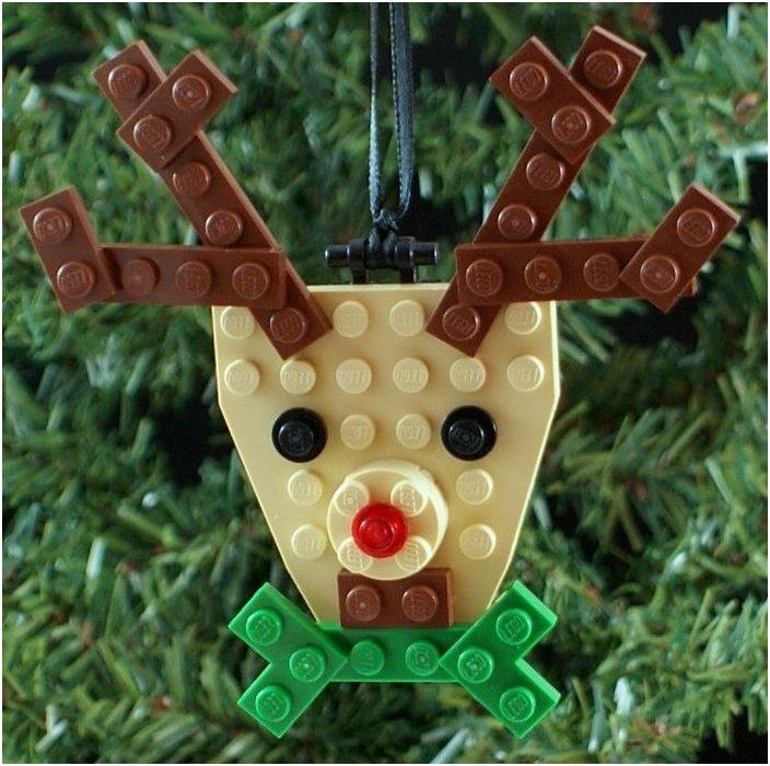 Елен от конструктора Лего на дървото