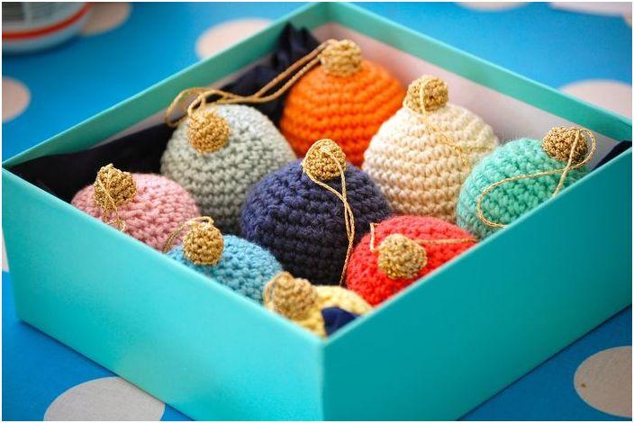 Многоцветни коледни топки, изработени от прежда