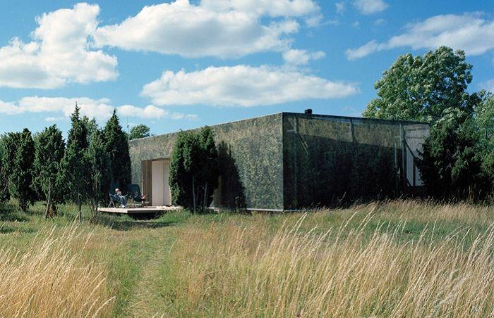 Загородный дом с маскировочной пленкой.