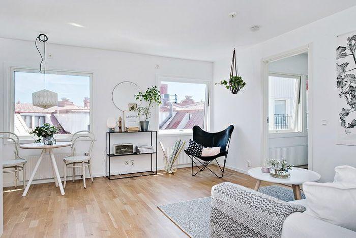 A lakás kényelmes elrendezésű és nagy ablakokkal rendelkezik