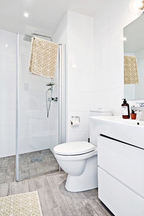 A fürdőszobában a padló porcelán kőagyagból készül, amely imitálja a könnyű falemezeket.