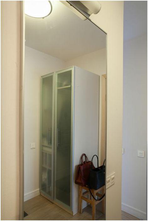 Полупрозрачные двери шкафа в прихожей поддерживают лёгкую атмосферу в интерьере