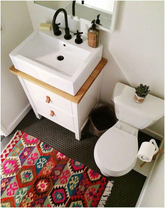 Jasny dywanik we wnętrzu łazienki