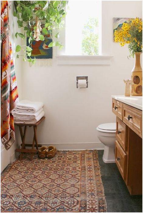 Przytulny dywanik we wnętrzu łazienki