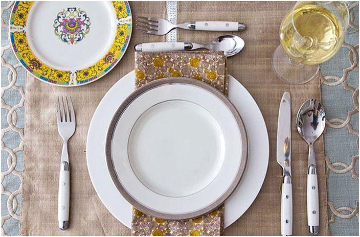 Сервиране на маса за вечеря