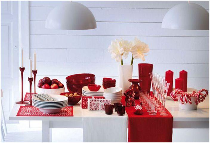 Настройка на масата в червени и бели цветове