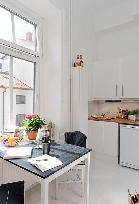 W kuchni znajduje się wydłużony piórnik narożny