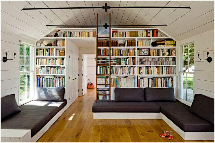 Успяхме да поставим голяма колекция от книги на домашно направена поставка