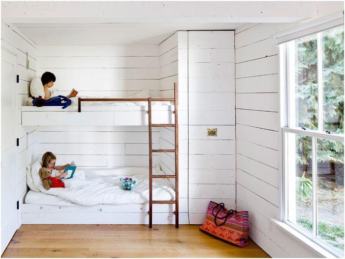 В детската стая беше направено двуетажно легло, а гардеробът беше скрит в стената.