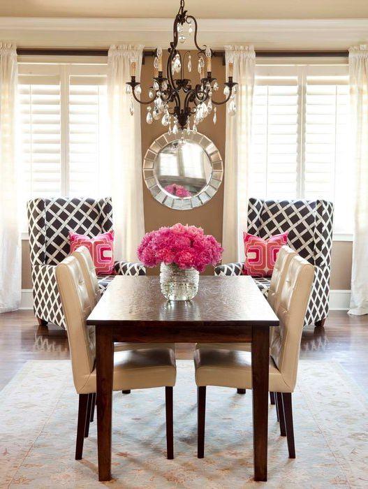 Dynamikę tego wnętrza nadają romb w tapicerce krzeseł oraz elementy w jasnoróżowym kolorze.