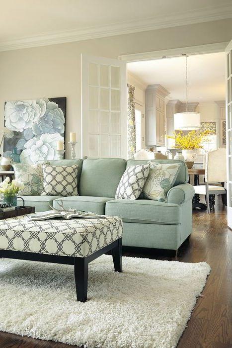 Sofa w delikatnym, pastelowym odcieniu świetnie prezentuje się w beżowym wnętrzu