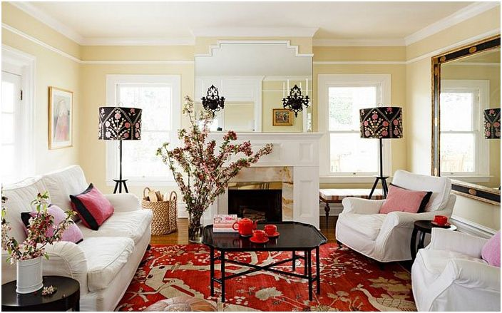 За да изглежда интериорът цялостен, е необходимо да изберете абажури, които да съответстват на цвета на фотьойлите, дивана, завесите, одеялото или покривалото.