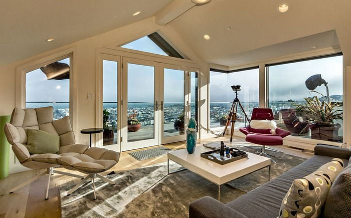 Nappali szoba a tetőtérben, kilátással a San Francisco-ra