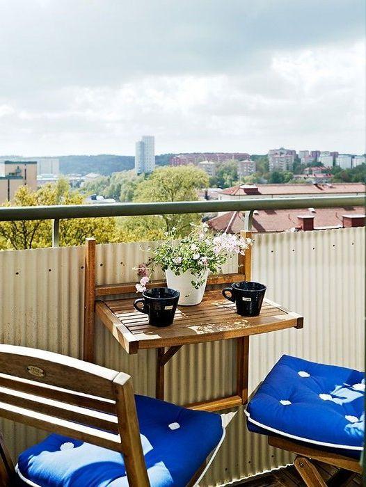 Drewniane meble na otwartym balkonie