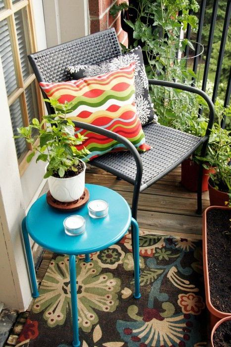Плетёная мебель на балконе