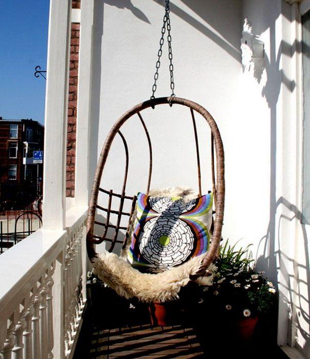 Wiszące krzesło na balkonie