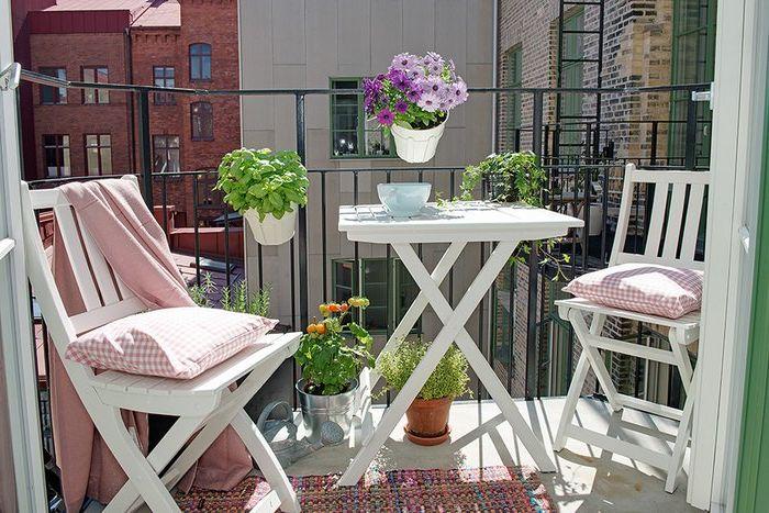 Цветята правят балкона уютен