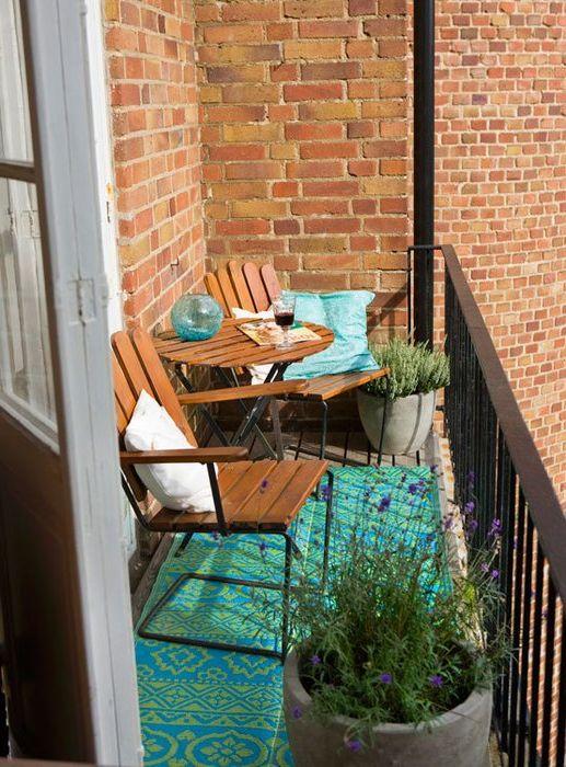 Дори няколко саксии с цветя могат да създадат специална атмосфера на балкона.
