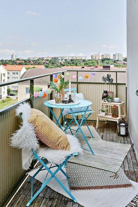 Poduszki i koce we wnętrzu balkonu