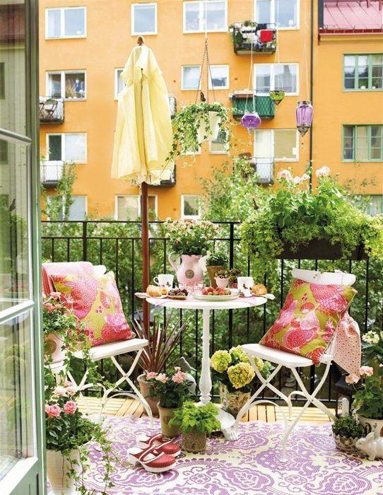 Подушки украшают интерьер балкона