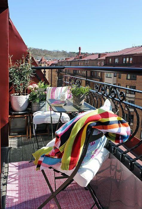 Килимът прави балкона уютен