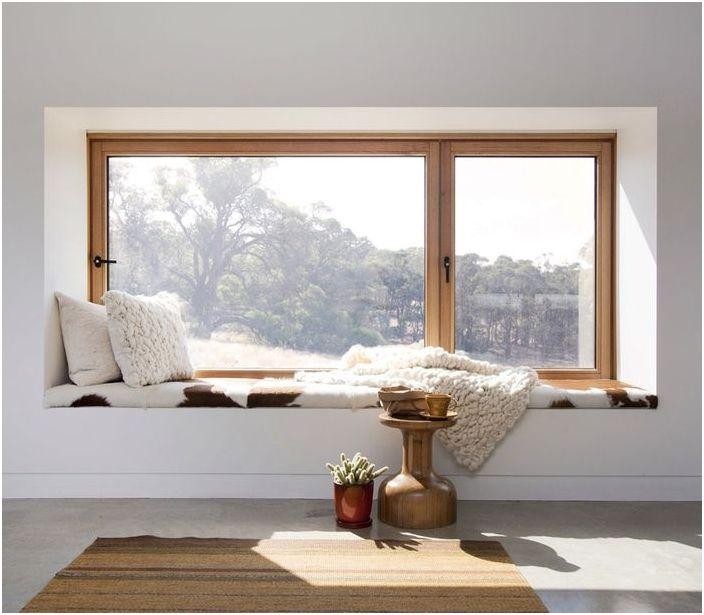 Уютно място за почивка на перваза на прозореца