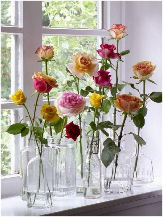 Цветята могат да се поставят в прозрачни бутилки и буркани