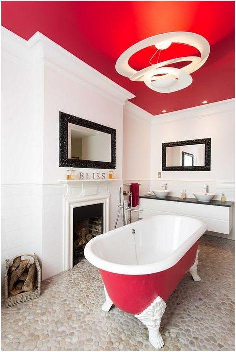Czerwony sufit w łazience