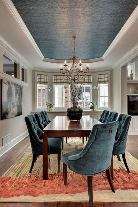 Tuolit, joissa on pidennetyt selkänojat ja syvän sininen katto, nostavat alakattoa visuaalisesti