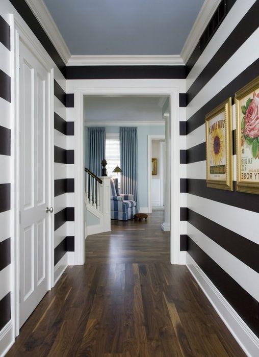 Kontrastiset mustavalkoiset raidat dynaamiseksi kapeassa huoneessa