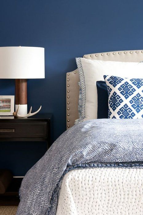 Дълбоко синьо в интериора на спалнята
