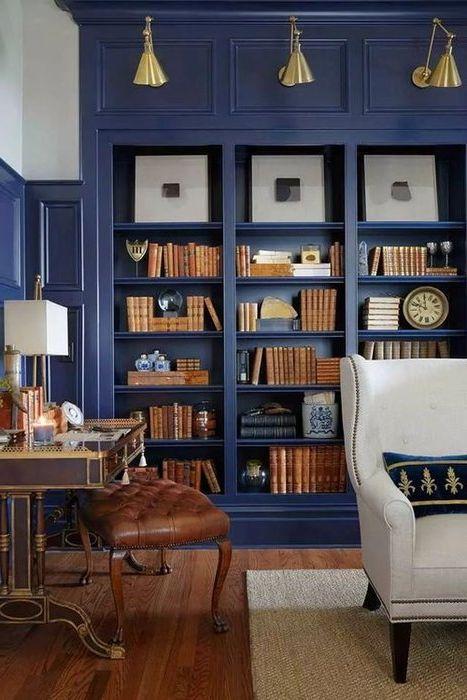 Благородното синьо в интериора на библиотеката се допълва от мебели, изработени от естествена кожа и дърво