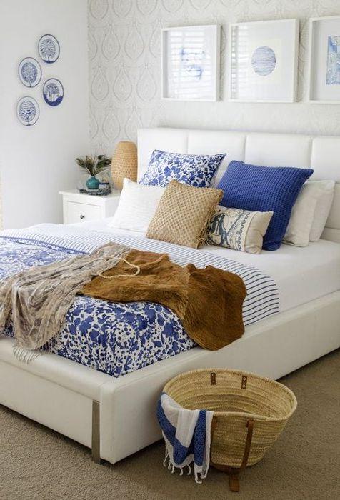 Синий и коричневый в интерьере спальни