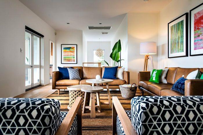 Сини възглавници за хвърляне изглеждат добре на кожен диван
