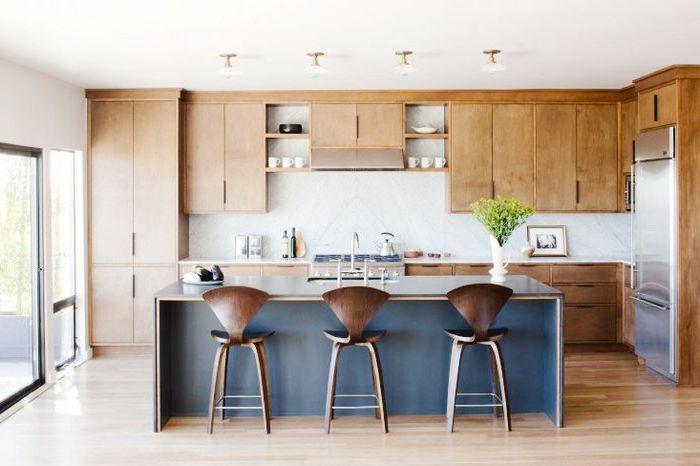Оттенки синего и коричневого в интерьере кухни