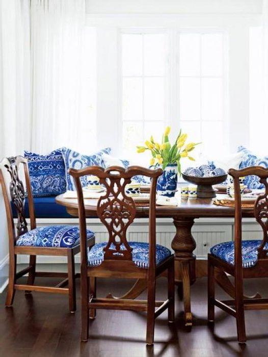 Синий и коричневый в интерьере столовой