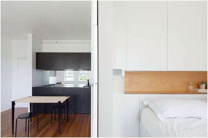 Кухнята в този апартамент е черна, което изглежда много необичайно.