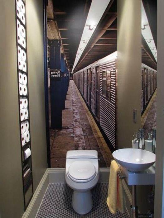 Стенописи в тоалетната.