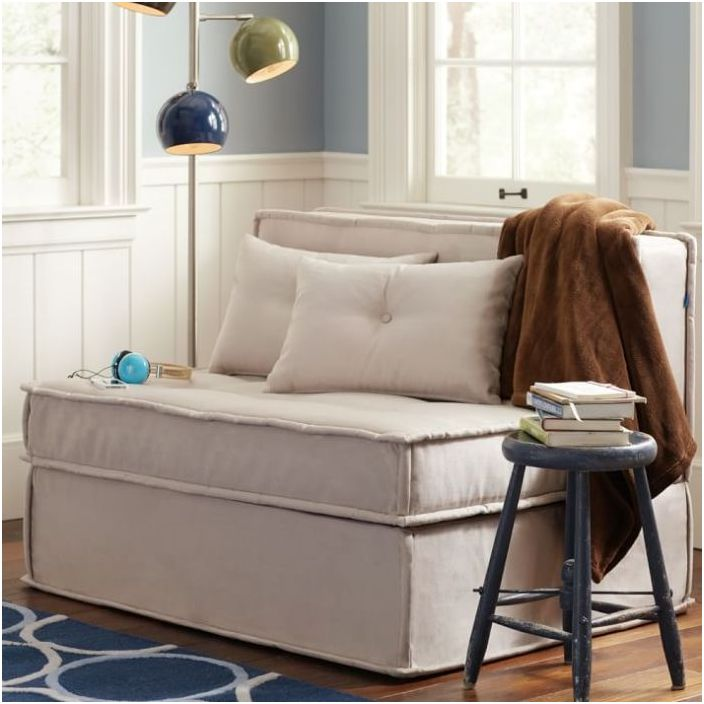 Малък диван с лаконичен дизайн