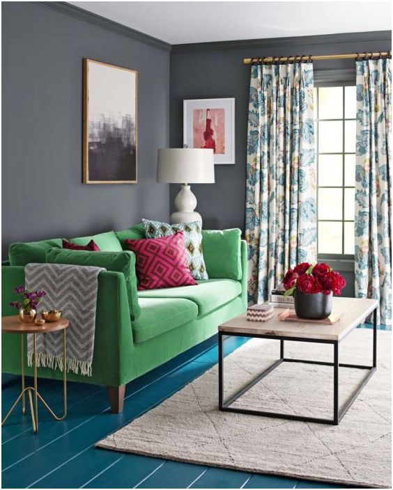 Контрастна комбинация от декоративни възглавници и тапицерия на дивана