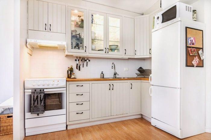 Кухонные шкафчики подсвечены изнутри