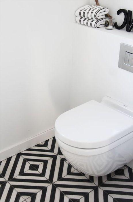 За да отклоните вниманието от размера на банята, можете да се съсредоточите върху пода.