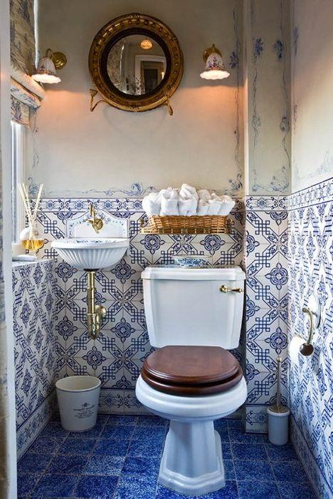 Комбинацията от бяло и синьо в интериора на банята
