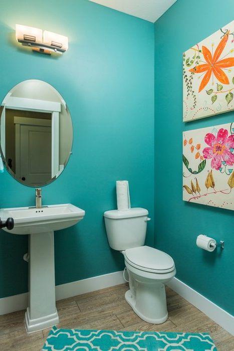 Тюркоазен цвят в интериора на малка баня