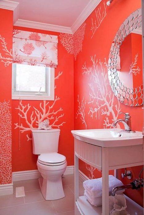 Коралов цвят в интериора на малка баня