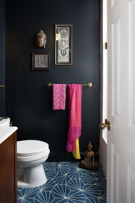 Чёрные матовые стены дополнили синим полом с геометрическими узорами