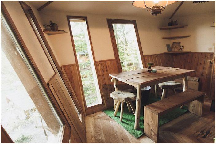 Robin & rsquo; s Nest Treehouse to ekologiczny hotel położony w środku lasu.