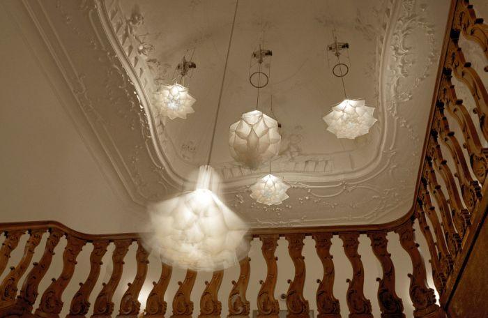 Les lampes se déplient et plient leurs pétales comme des fleurs.