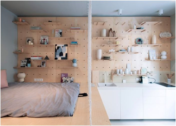 Единственият елемент за зониране в апартамента е решетката