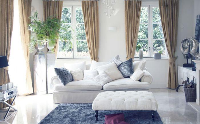 Valkoinen ja sininen olohuone